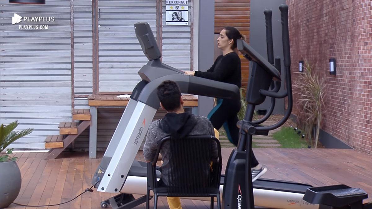 Daniele Hipolito se exercitando enquanto conversa com o marido