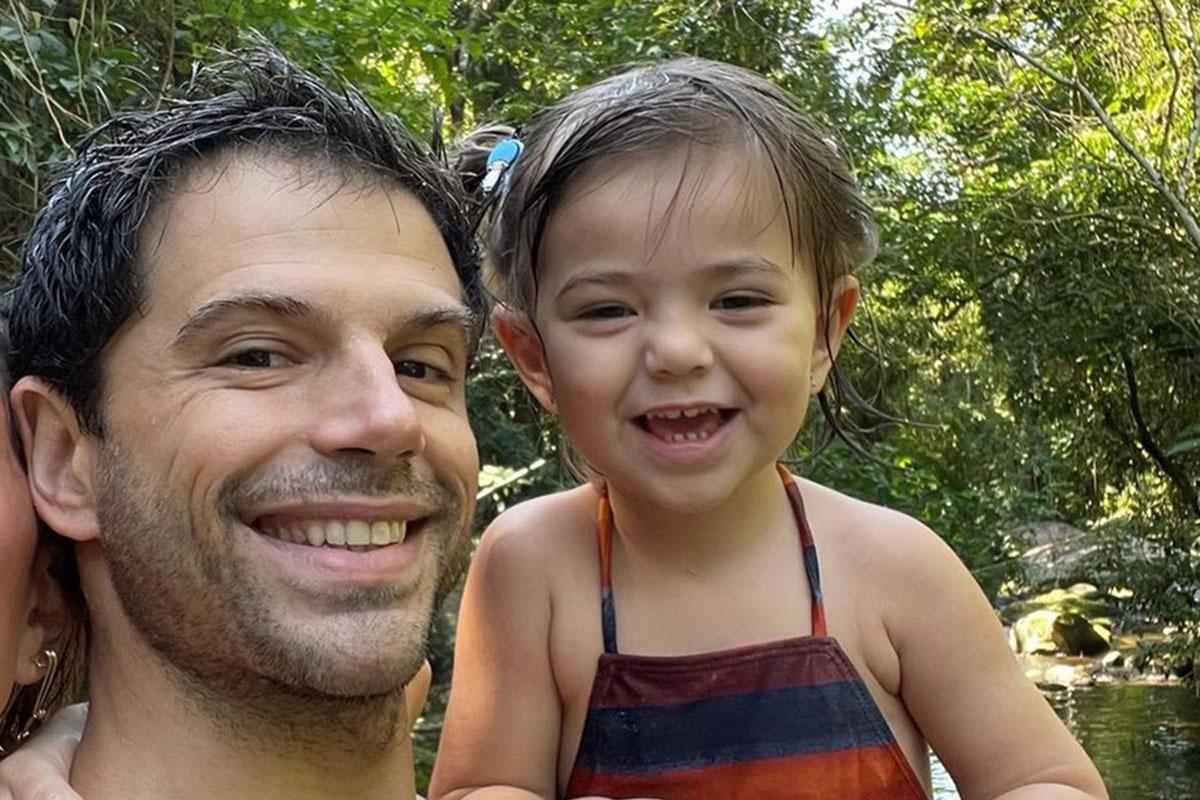 Duda Nagle segurando a filha Zoe no colo
