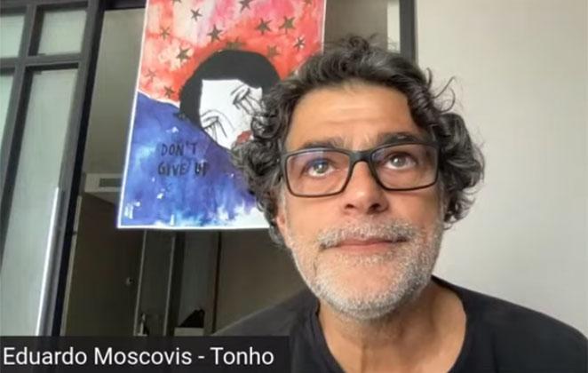 Eduardo Moscovis de blusa preta e óculos