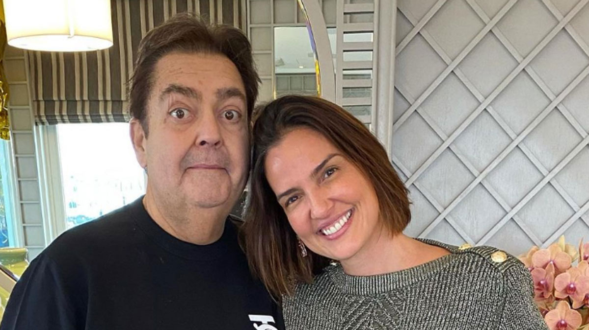 Foto de Fausto Silva abraçado com Luciana Cardoso