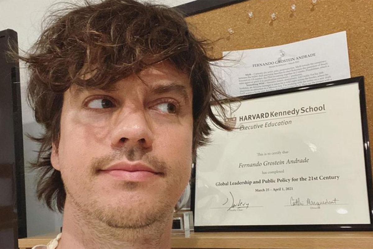 Fernando Grostein posa ao lado do diploma, em Haward