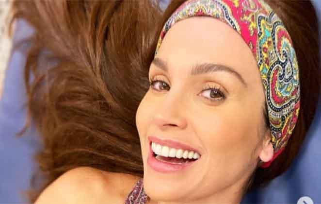 Flávia Alessandra com aplique nos cabelos e sorrisão