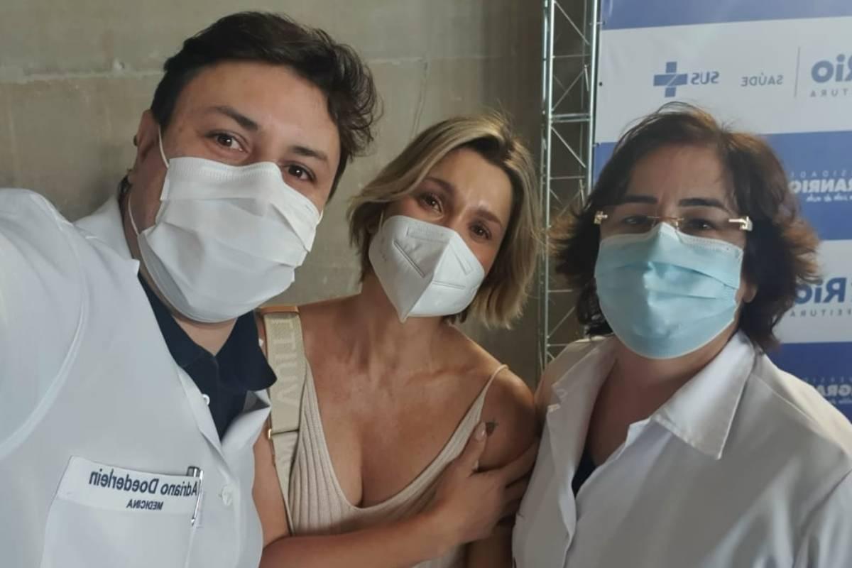 Flávia Alessandra é vacinada na Barra da Tijuca