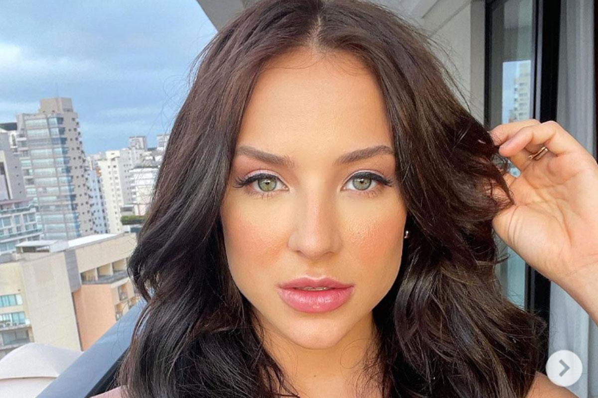 Retrato de Gabi Martins em selfie com os cabelos morenos