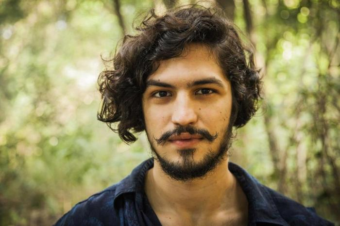 Gabriel Leone de cabelo comprido e com barba