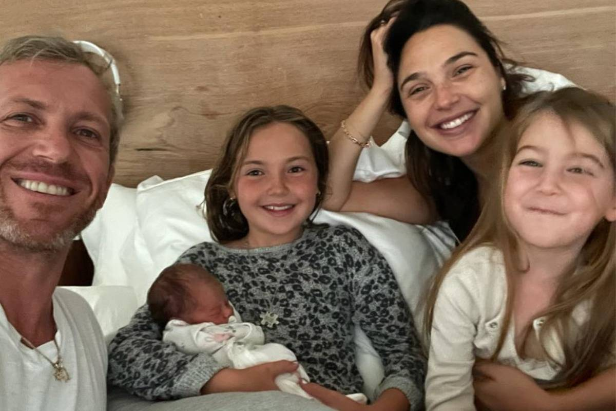 gal gadot posando com as filhas e o marido no hospital