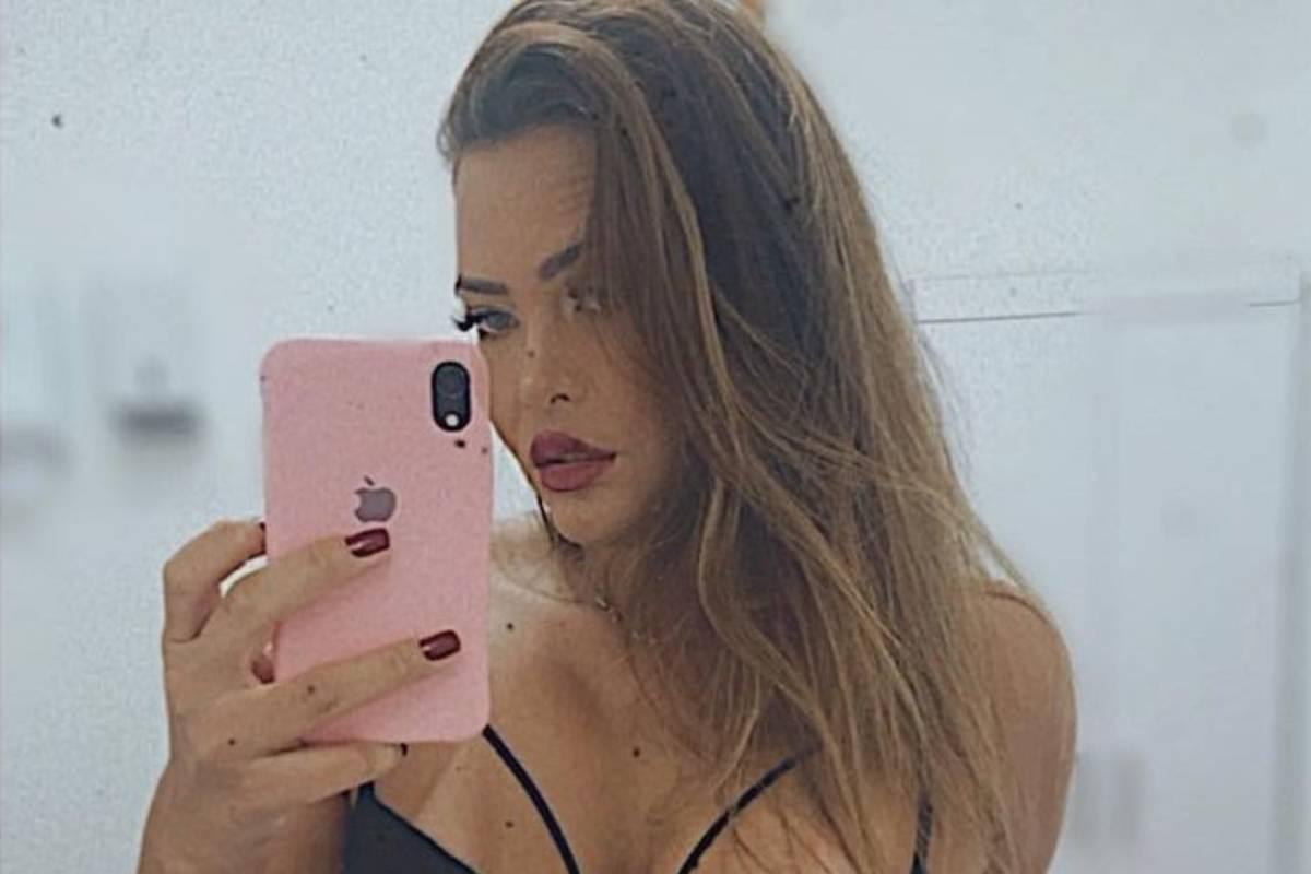 geisy arruda tirando selfie sensual de biquíni e iphone rosa