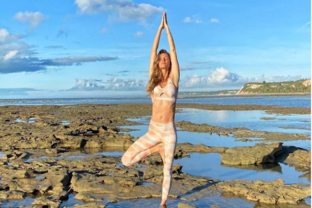 gisele bündchen pratica yoga na praia