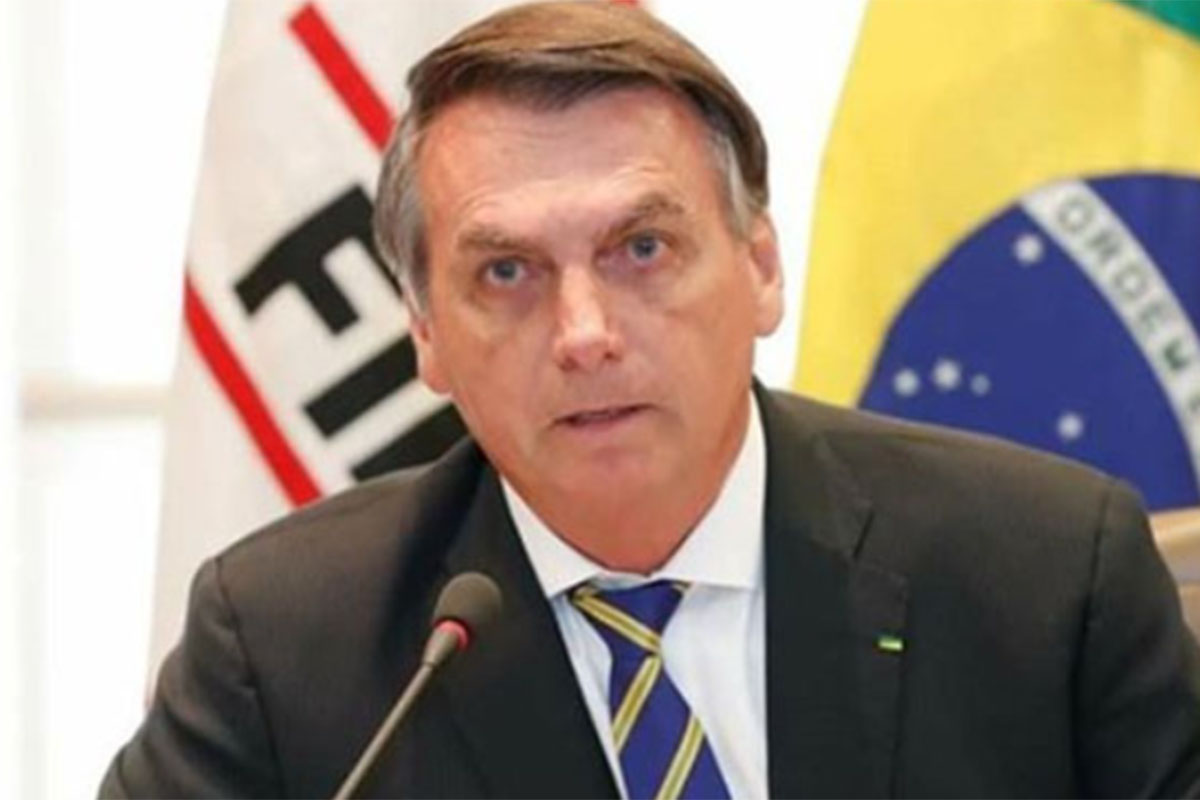 Jair Bolsonaro fala ao microfone