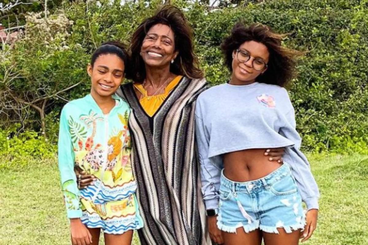 gloria maria em foto com as filhas