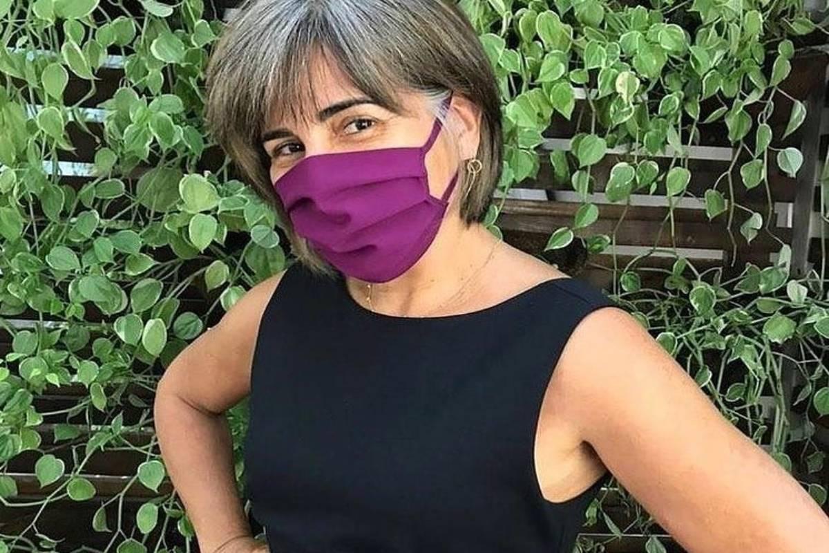 glória pires posa para foto de máscara roxa