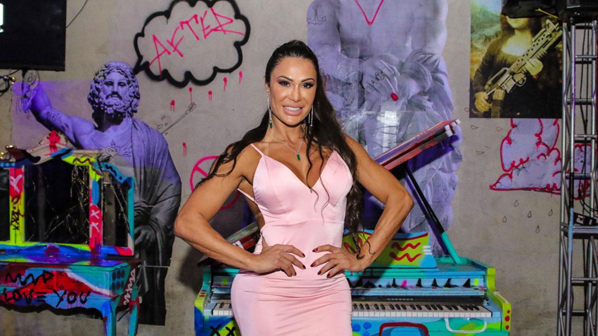 Gracyanne Barbosa mostra corpão em evento