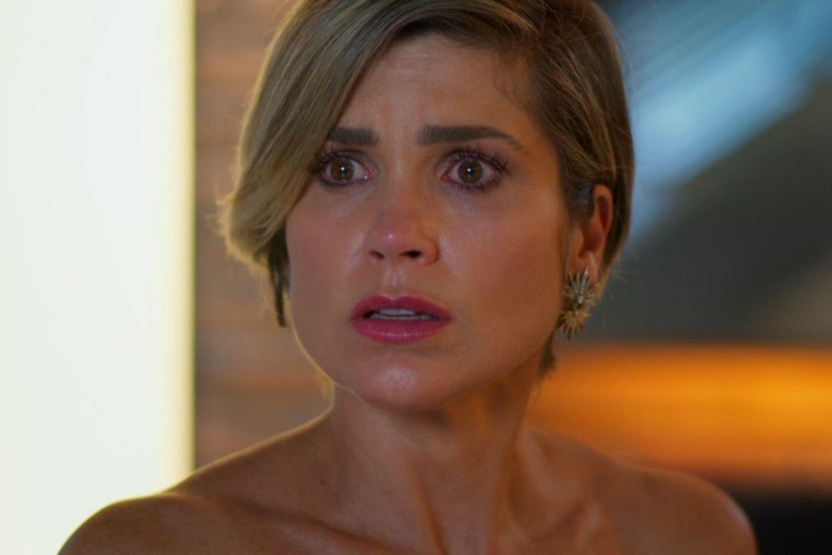 Flávia ALessandra como Helena chorando em cena