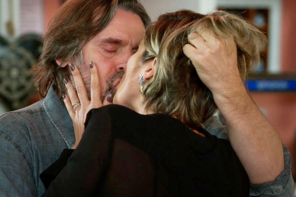 Helena e Mario se beijam em Salve-se Quem Puder
