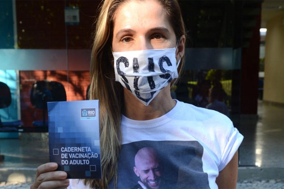 Ingrid Guimarães exibe caderneta de vacinação