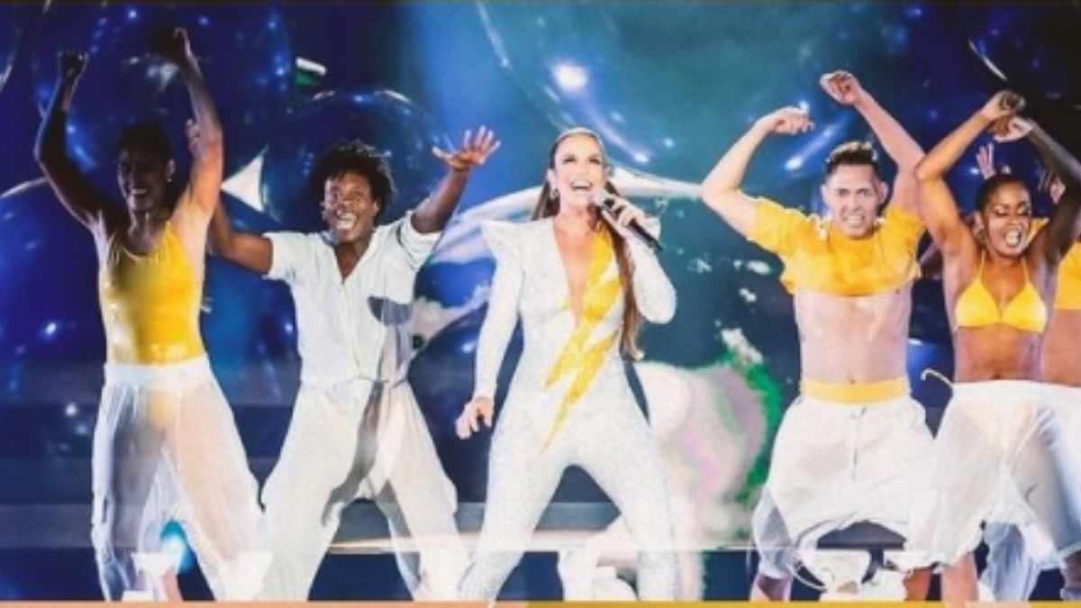 Ivete Sangalo no palco com bailarinos