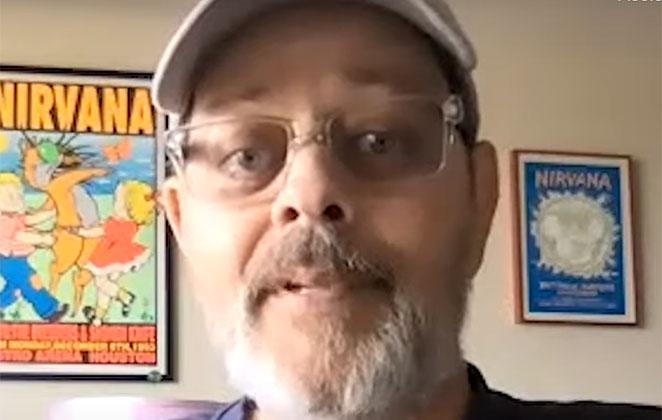 James Michael Tyler aparece barbudo, de boné e óculos