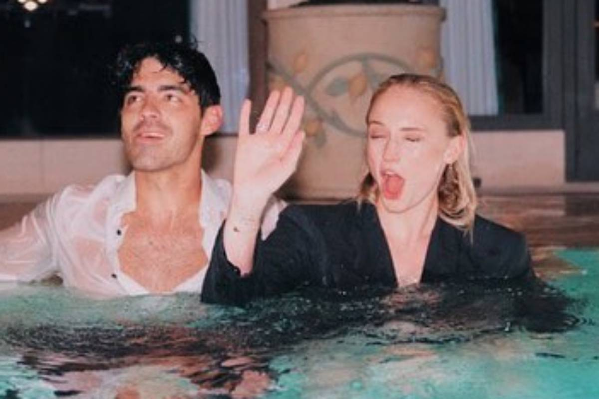 joe jonas e sophie turner na piscina fazendo careta