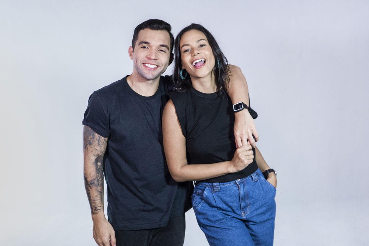 Retrato de Jonathan Costa e Carolina Santos sorrindo, abraçados