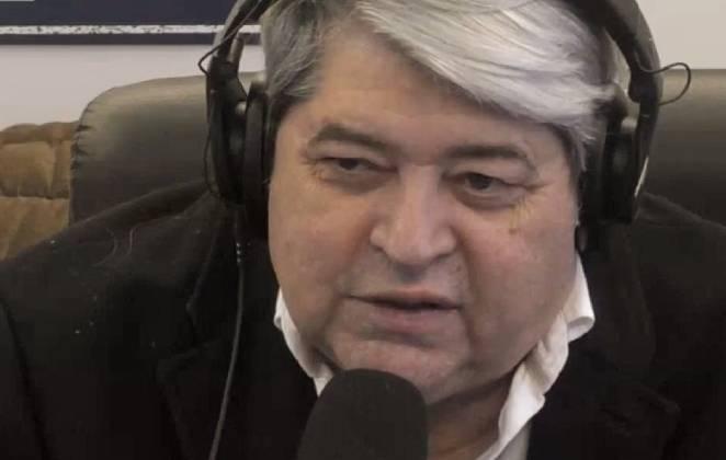 josé luiz datena com fones de ouvido falando no microfone na rádio bandeirantes