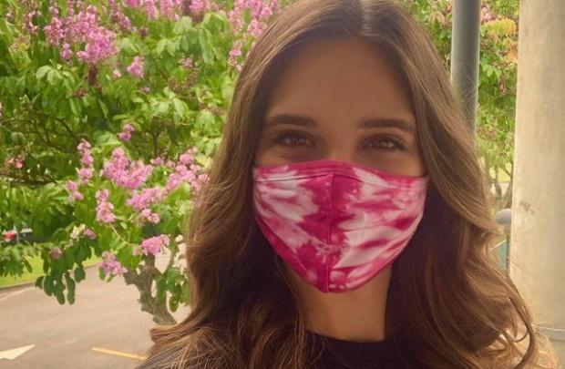 juliana paiva em selfie com máscara