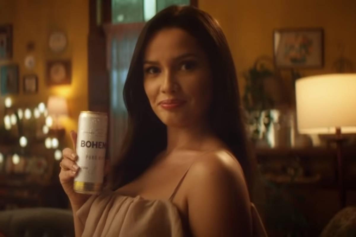 juliette segurando latinha de bohemia em filme de são joão da marca