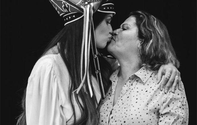Juliette beija a mãe em foto preto e branco