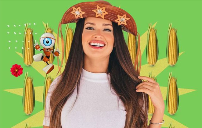 Juliette de chapéu do cangaço no meio do milho