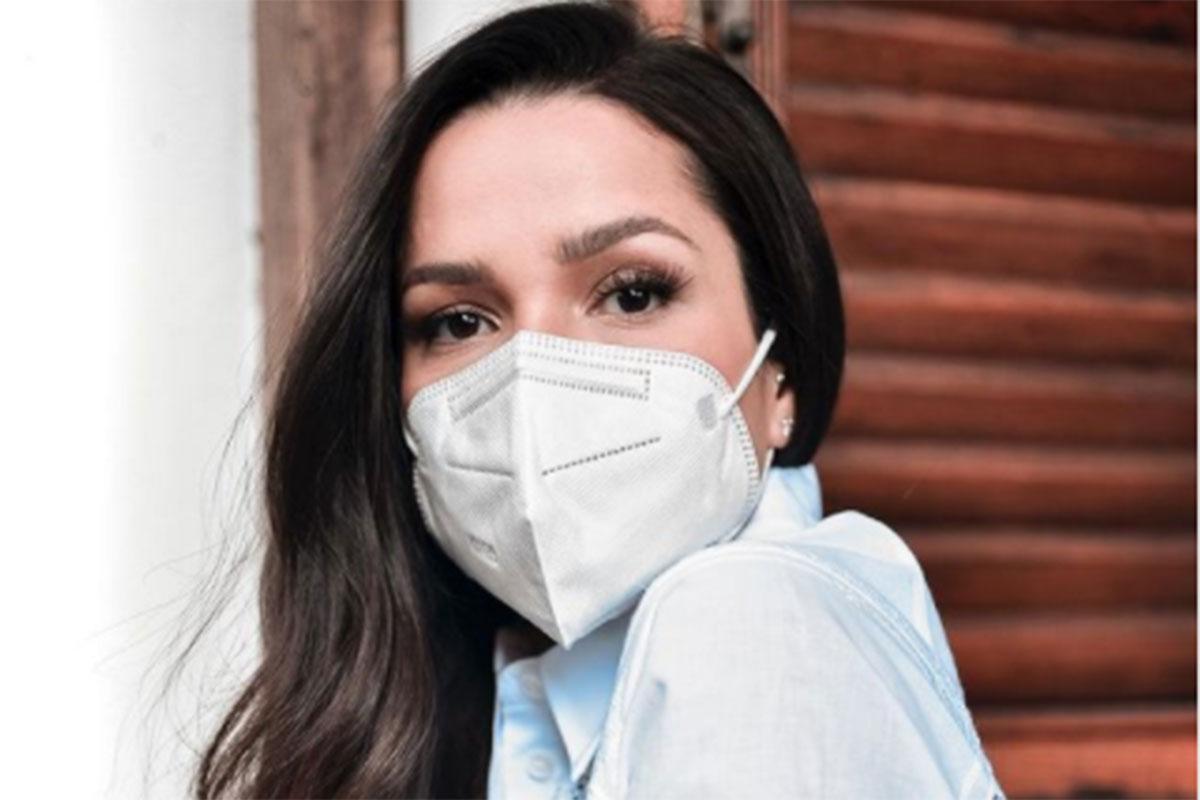 Juliette usando máscara