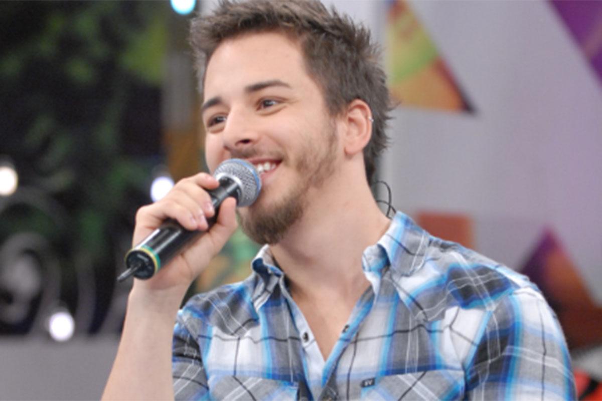 Junior Lima segurando o microfone