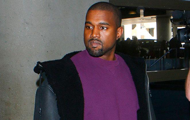 Kayne west de blusa roxa e jaqueta preta