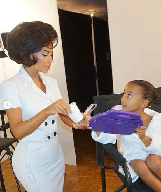 Kim Kardashian com cabelos estilo retrô com a filha, North West
