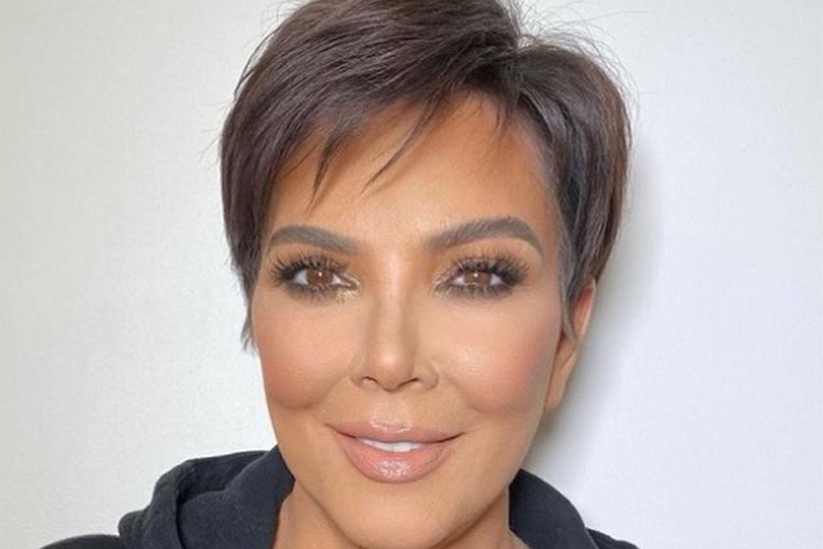 Kris Jenner sorrindo em selfie, com maquiagem leve