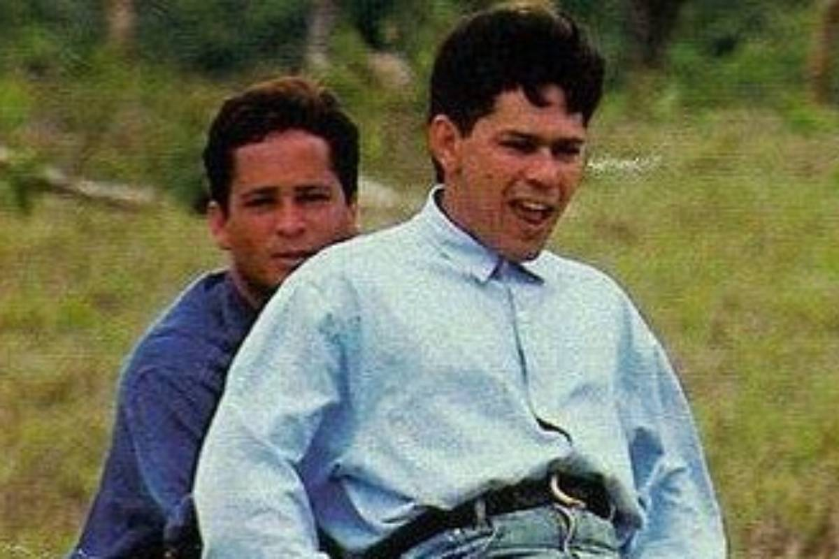 foto antiga de leandro e leonardo brincando na infância