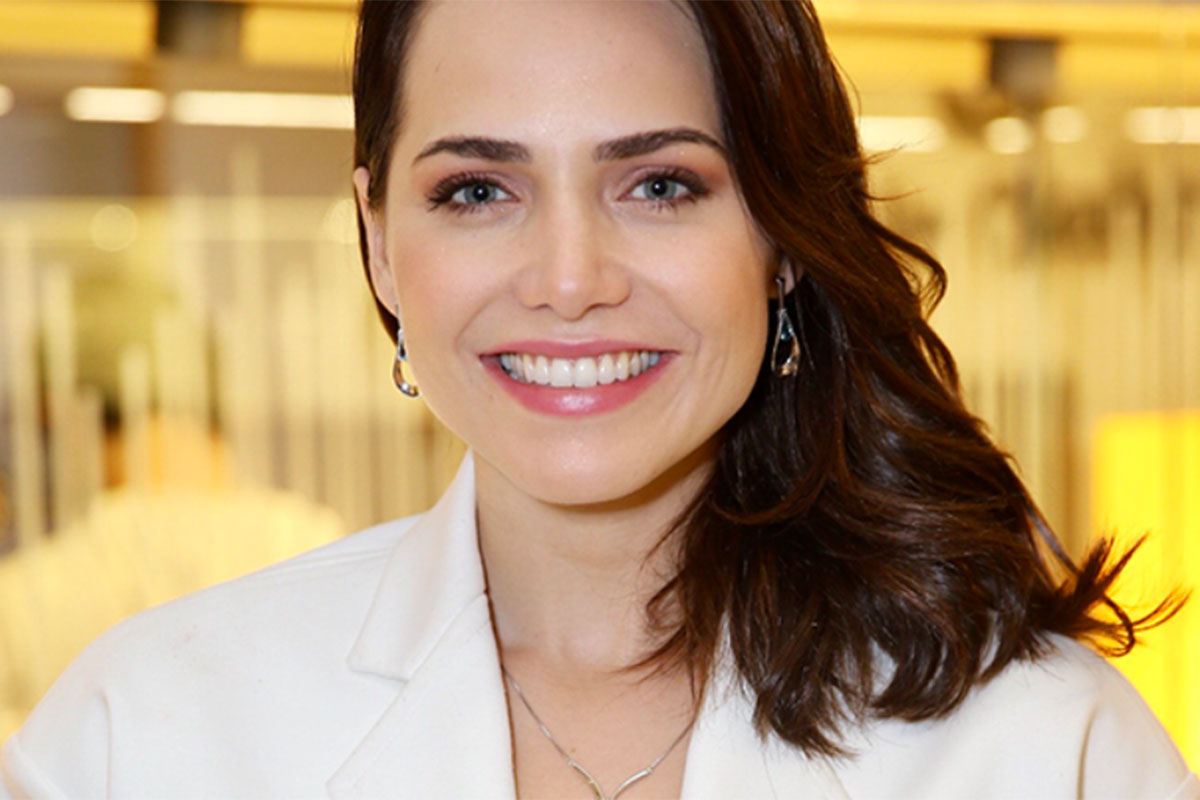 Letícia Colin surge de branco e mega sorridente