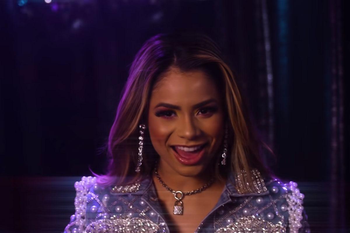 Retrato de Lexa no videoclipe da canção Vai Descendo