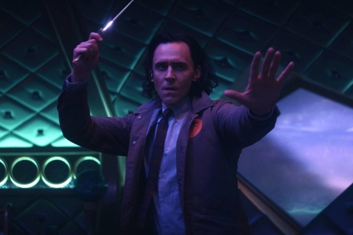 loki atirando uma adaga em cena de ação da série