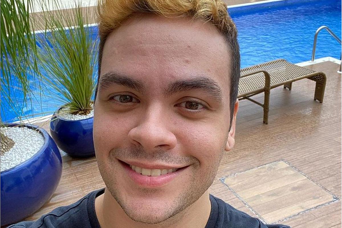 Luccas Neto sorrindo em selfie