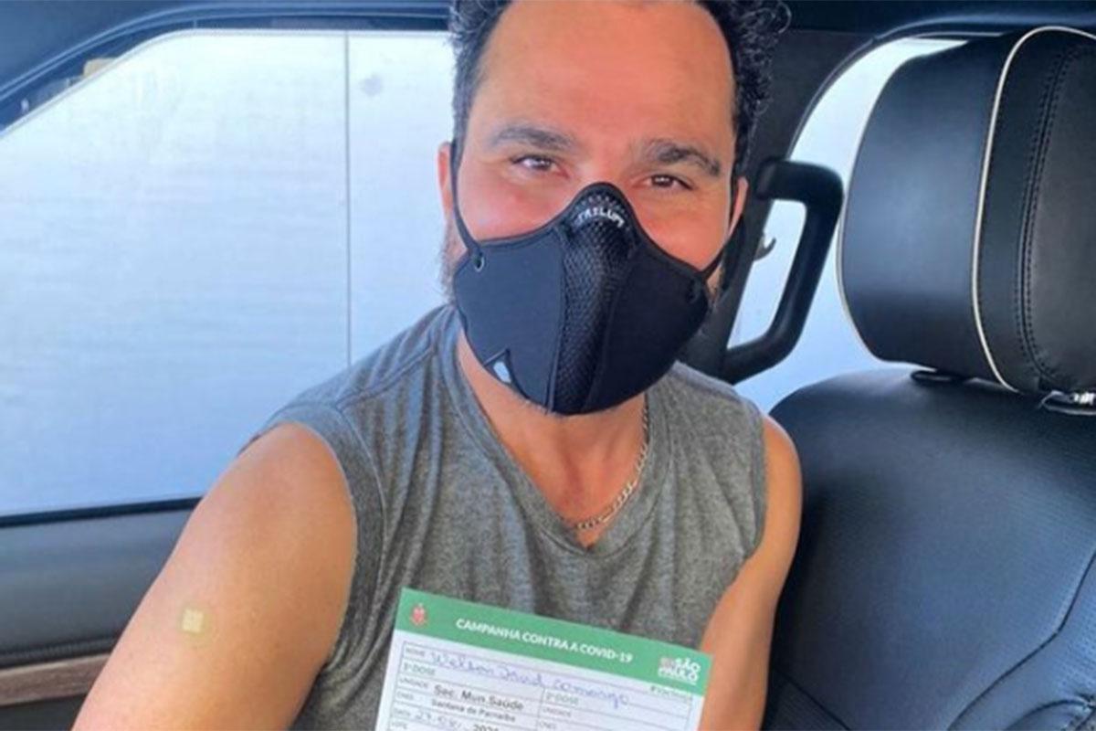 Luciano Camargo exibe comprovante de vacinação contra a Covid-19