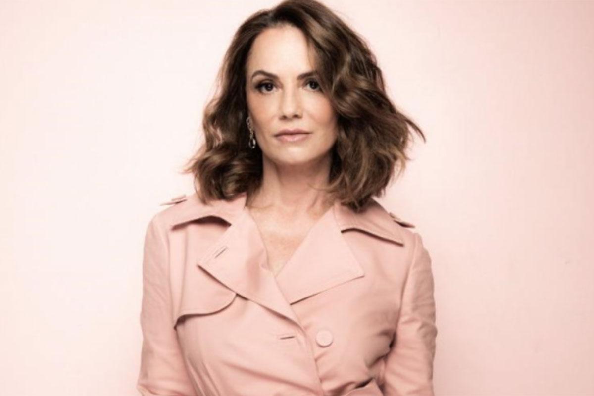 Luiza Brunet surge com roupa rosa
