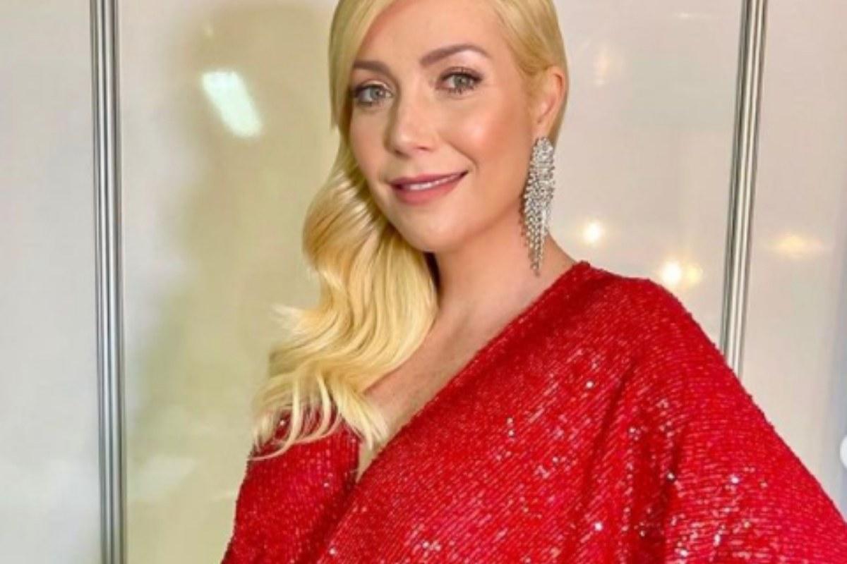 Luiza Possi sorrindo de vermelho