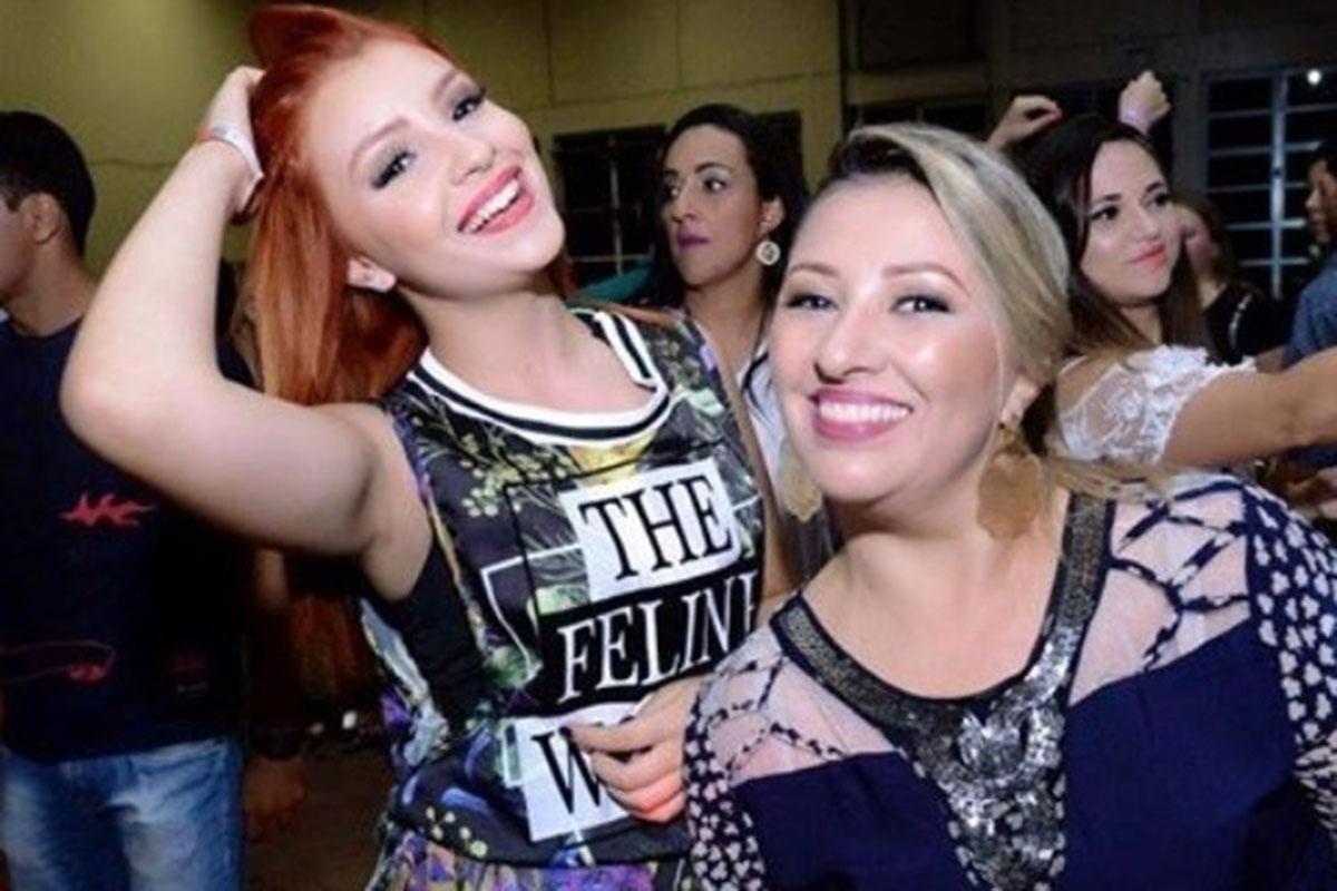 Mabel Calzolari em uma festa, com a mãe