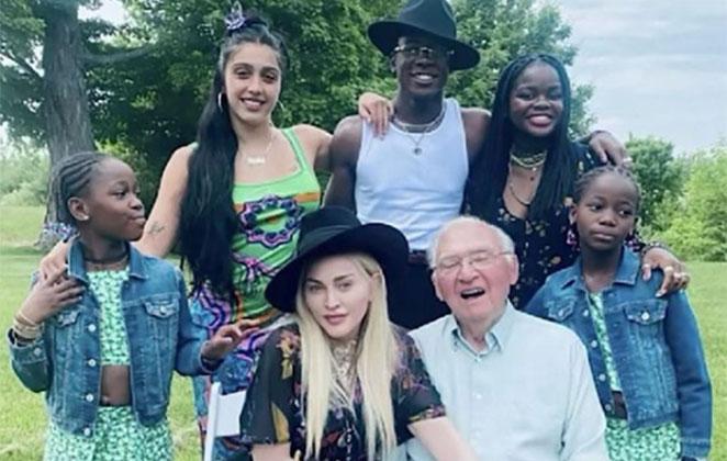 Madonna posa com o pai e os filhos no Father's Day