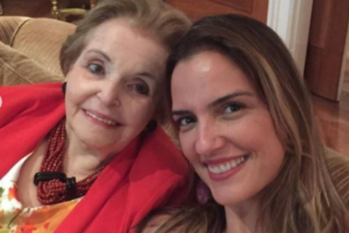 mulher de faustão, luciana cardoso, com a sogra, Dona Cordélia Moraes Correa Silva, no sofá