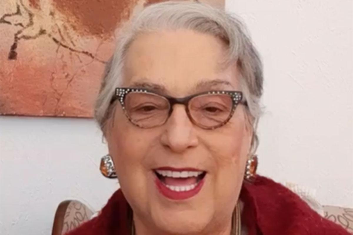 Mamma Bruschetta sorridente e com roupa vermelha