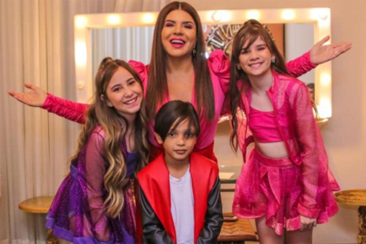 Mara Maravilha surge de rosa com três artistas mirins