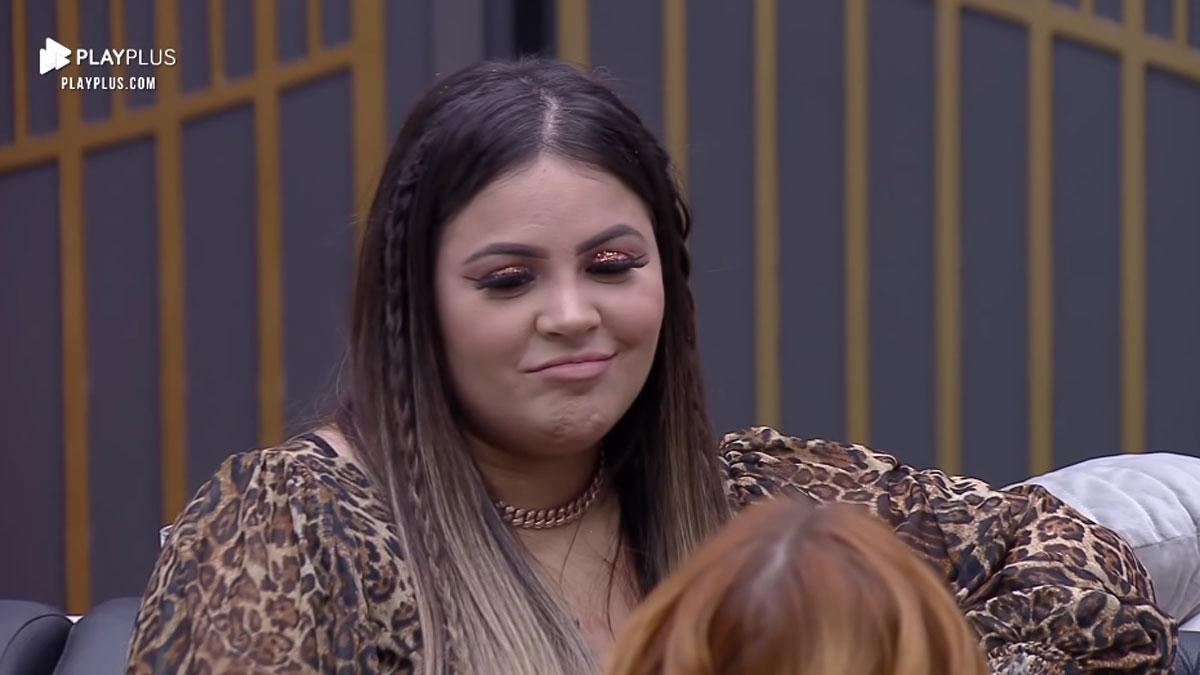 Mari Matarazzo maquiada e olhando para Mirela Janis