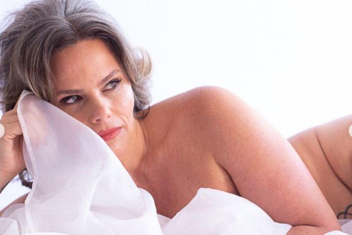 maria candida deitada com lençol branco