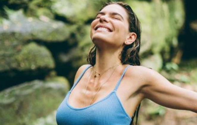 Mariana Goldfarb posa sorridente de biquíni