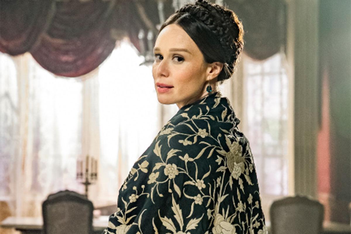 Mariana Ximenes com roupa de época na nova novela das seis